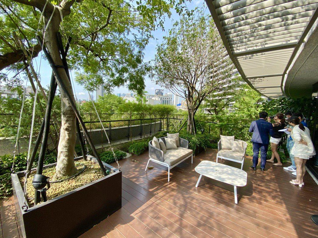 建商特別將建築以45度側身,海納逾3萬坪無限的有氧綠意。圖/記者宋健生攝影