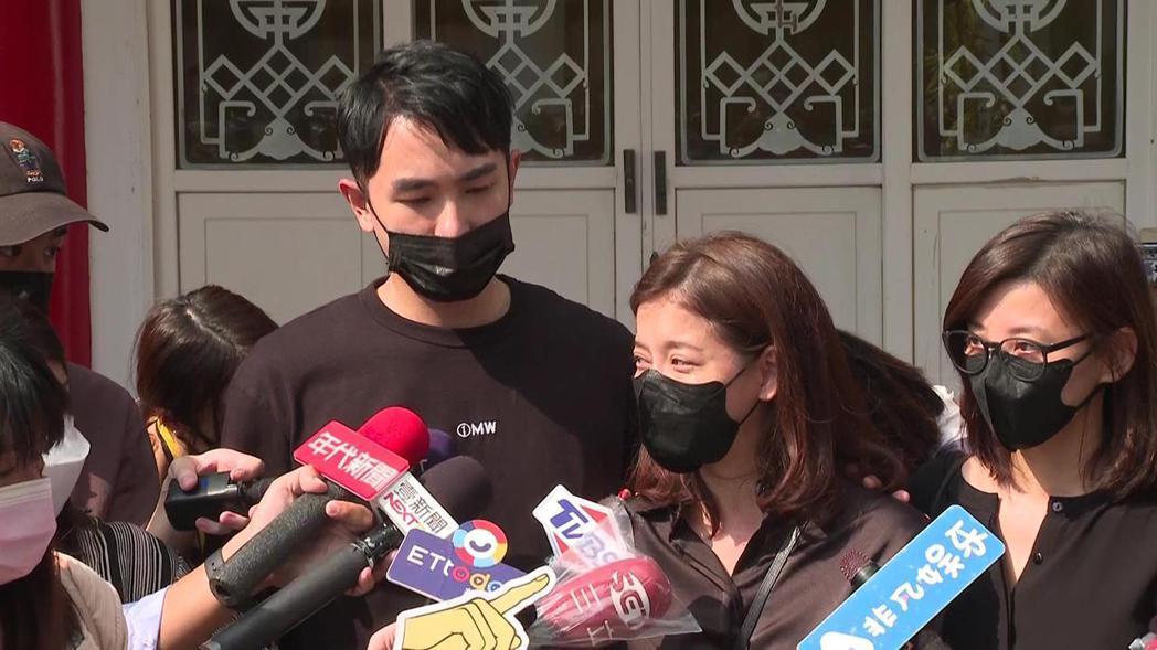 陳謙文(左起)、王樂妍、方馨送龍劭華最後一程。記者蘇聖倫/攝影