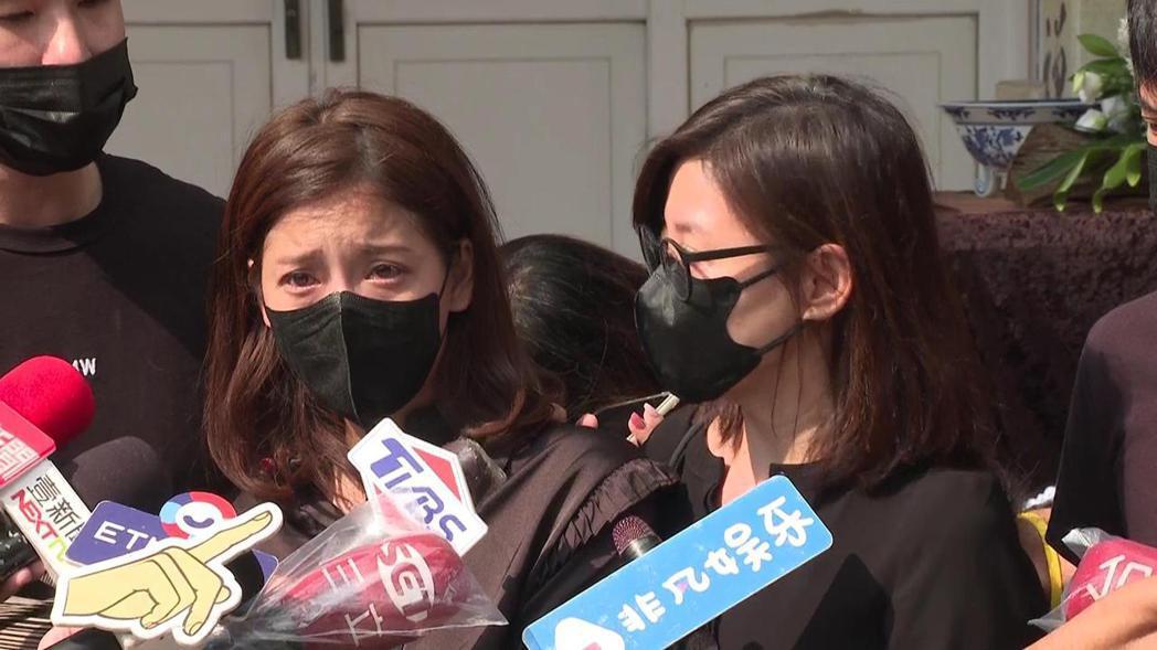 王樂妍(左)一講起龍劭華,哭到說不出話,方馨也淚崩。記者蘇聖倫/攝影