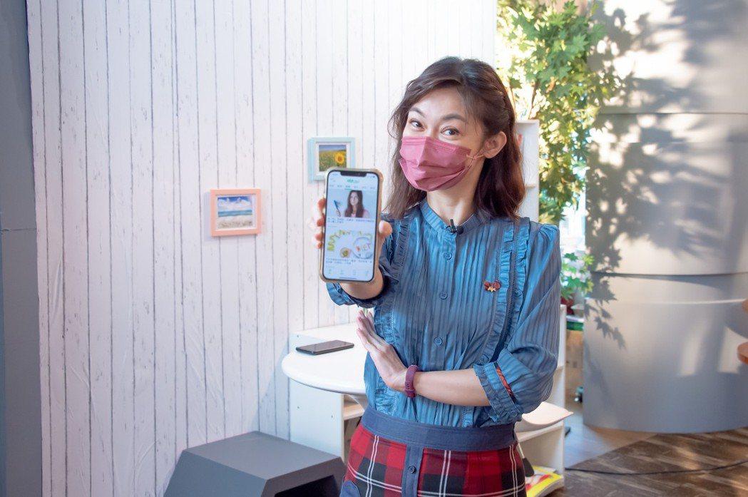 鄭凱云推薦「健康2.0」APP新增的「看哪科」功能。圖/TVBS提供