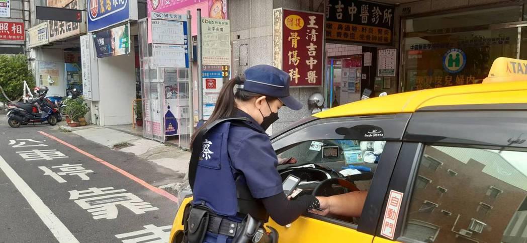 計程車在台南市北區公車站牌前違停,警方開單取締。記者黃宣翰/翻攝
