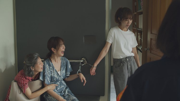 謝盈萱(右起)、天心、于子育在「俗女2」中一場大鬧警局超瘋狂。圖/華視、CATC...