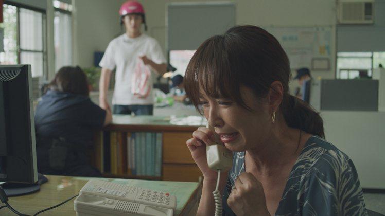 天心在「俗女2」中在警局打電話給兒子。圖/華視、CATCHPLAY提供