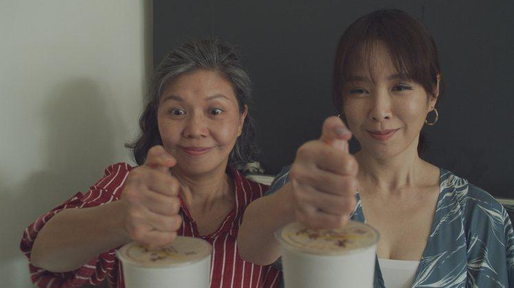 天心(右)、于子育在「俗女2」中因珍珠奶茶得到療癒。圖/華視、CATCHPLAY...