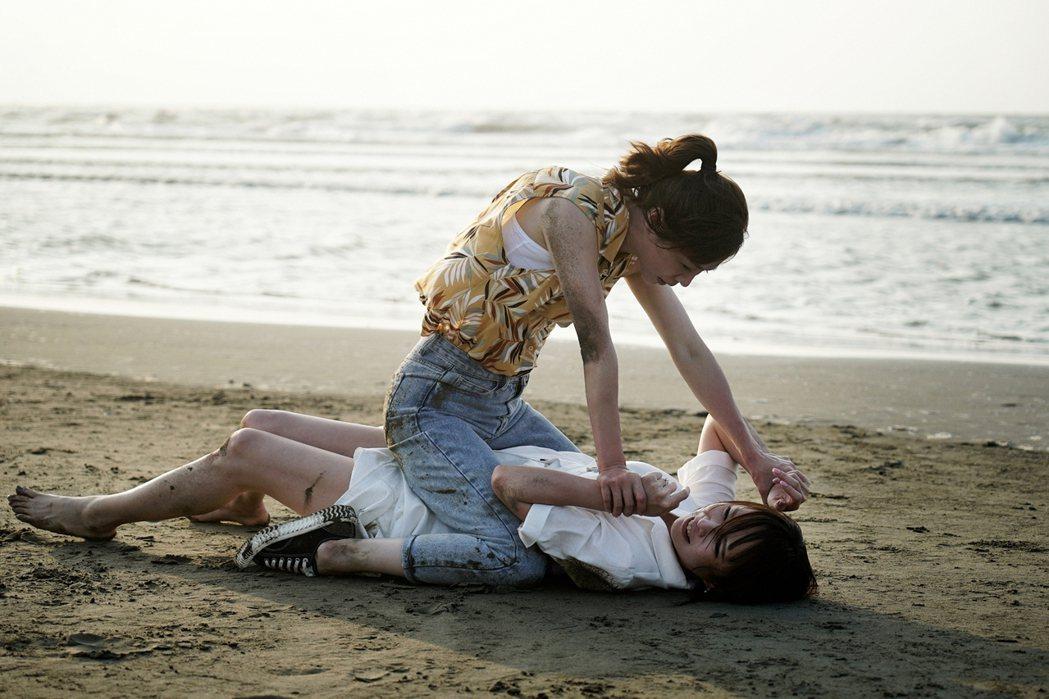 謝盈萱、天心沙灘上扭打成一團。圖/華視、CATCHPLAY提供