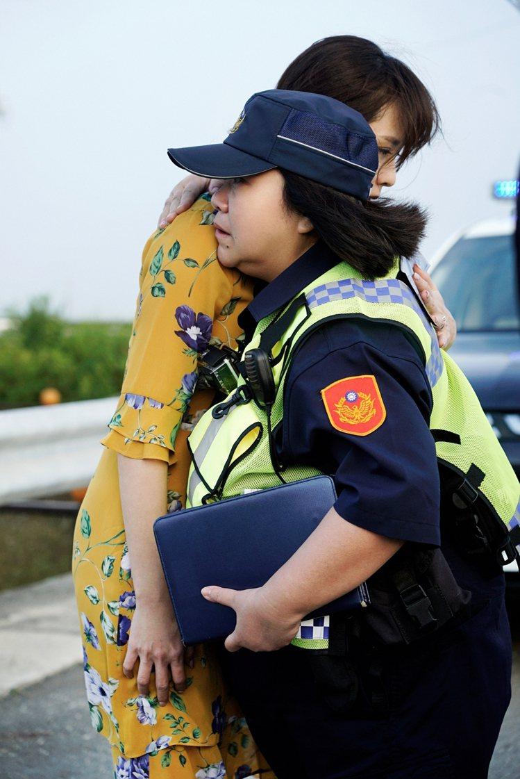 鍾欣凌、天心在「俗女2」中一個擁抱,令觀眾噴淚。圖/華視、CATCHPLAY提供