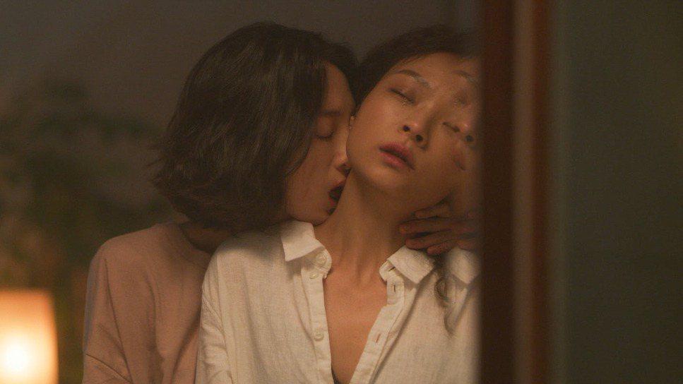 韓寧(左)、余佩真(右)在「蝴蝶」上演女女吻。圖/高雄電影節提供