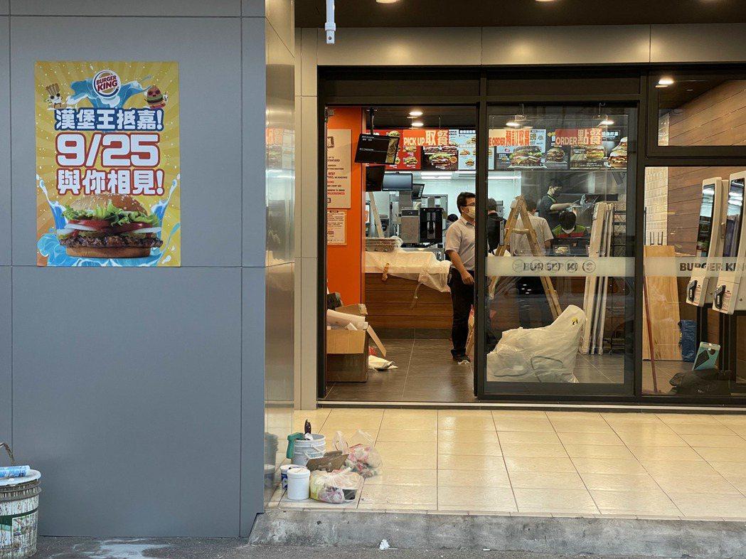 進駐嘉義市中山路的連鎖速食品牌,業者正裝潢中。記者林伯驊/攝影
