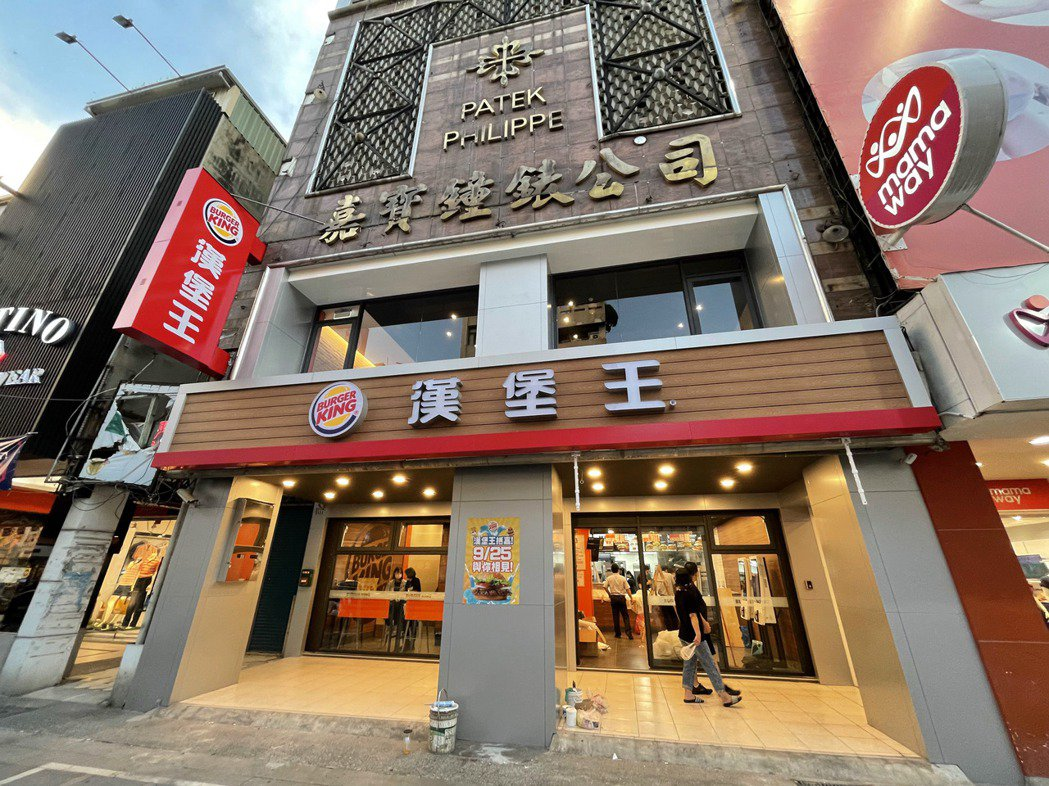 嘉義市中山路商圈有新的連鎖速食品牌進駐展店,前身為童裝服飾店。記者林伯驊/攝影