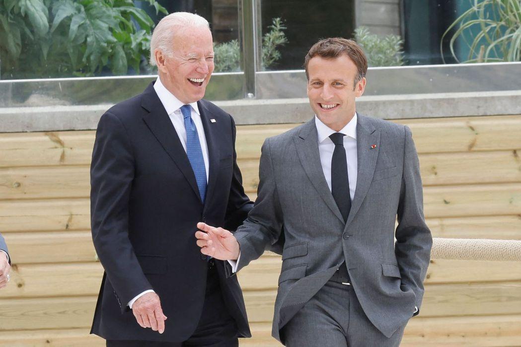 法國總統馬克宏(右)將與美國總統拜登(左)通話。