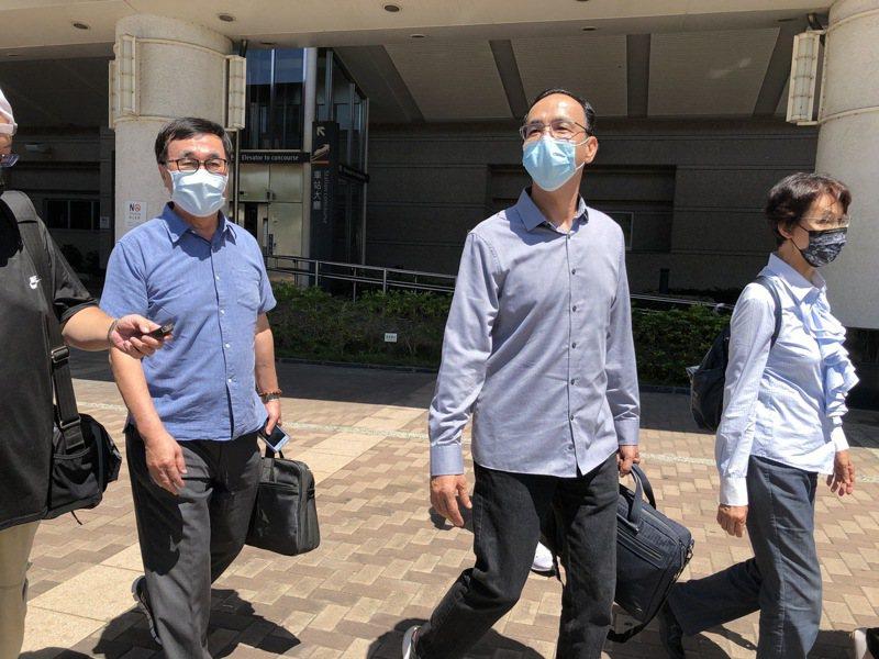高雄市前副市長李四川(左)曾陪朱立倫(中)到屏東小琉球家鄉做公益,也挺朱參選黨主席。本報資料照片