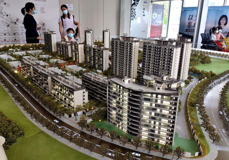 8月份,大陸房地產企業融資總額為1172.8億元人民幣,年減50.3%。圖為民眾在福州一售樓部瞭解新建住宅信息。(中新社)