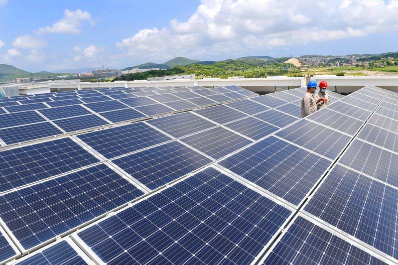 近年來,大陸大力推動以新能源為主體的新型電力系統建設。圖為福建平潭綜合實驗區嵐台物流園拍攝的屋頂分布式光伏發電設施。新華社
