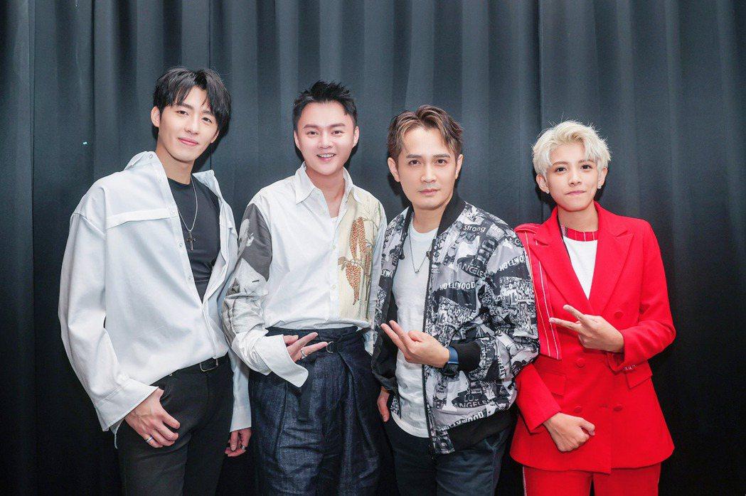 黃昺翔(左起)與許富凱、羅文裕、曾靜玟在演出後台相見歡。圖/無限美好文創娛樂提供