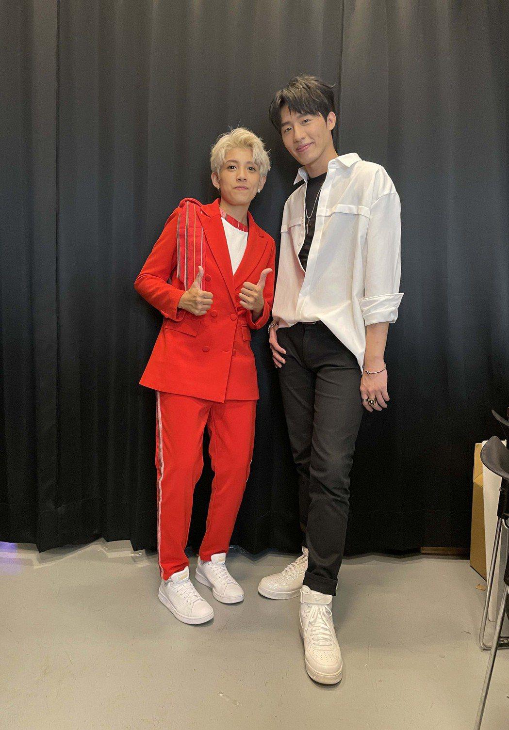 黃昺翔(右)、曾靜玟在2021台灣原創流行音樂大獎演出。圖/無限美好文創娛樂提供