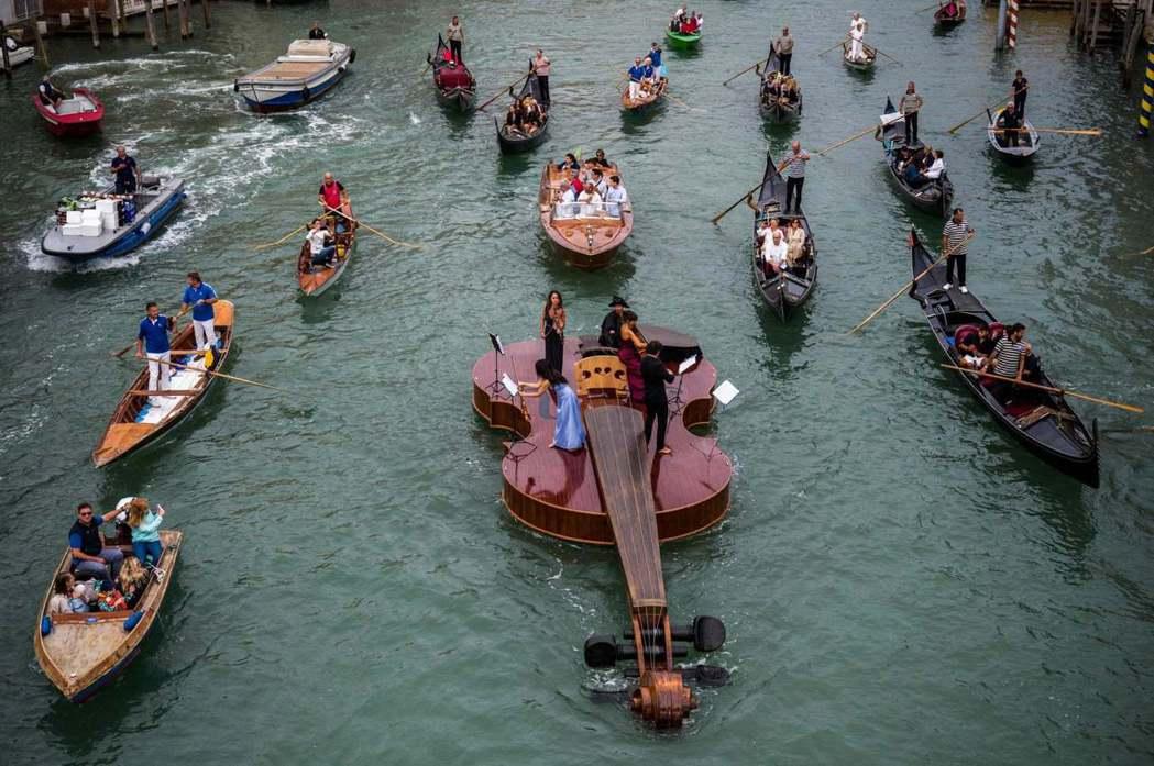 漂流在威尼斯運河上的小提琴,用音樂撫慰大家。圖/摘自Livio De March...