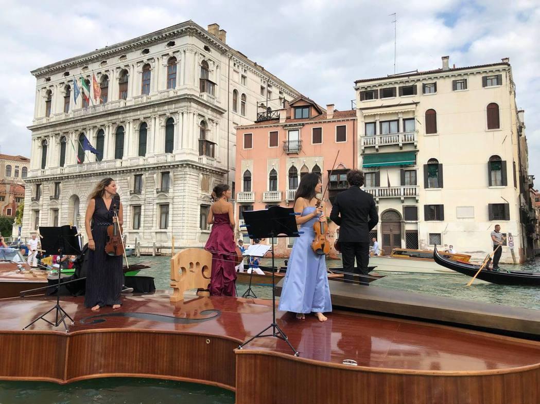 巨大的小提琴,可以讓音樂家在上面演奏。圖/摘自Livio De Marchi臉書