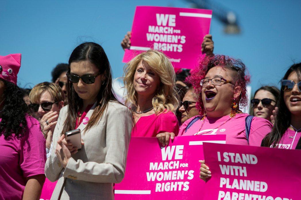 此判決自然引起美國社會譁然,及生育自主權支持者的抗議,甚至連總統拜登都公開發聲,指出德州的反墮胎法是對美國女性的憲法權利和自由的重大侵害。 圖/路透社