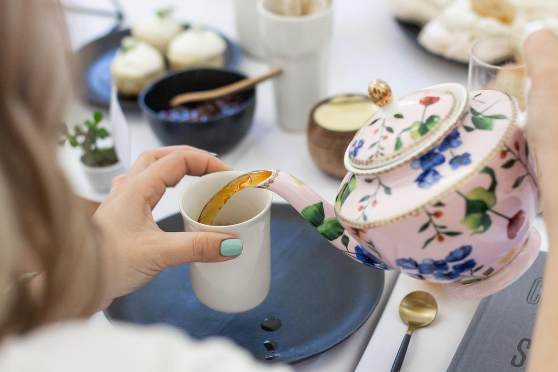 每次的午茶時光,彷彿快樂的金粉,不時灑在生活中的各個角落,為平凡的日常,增添了微...