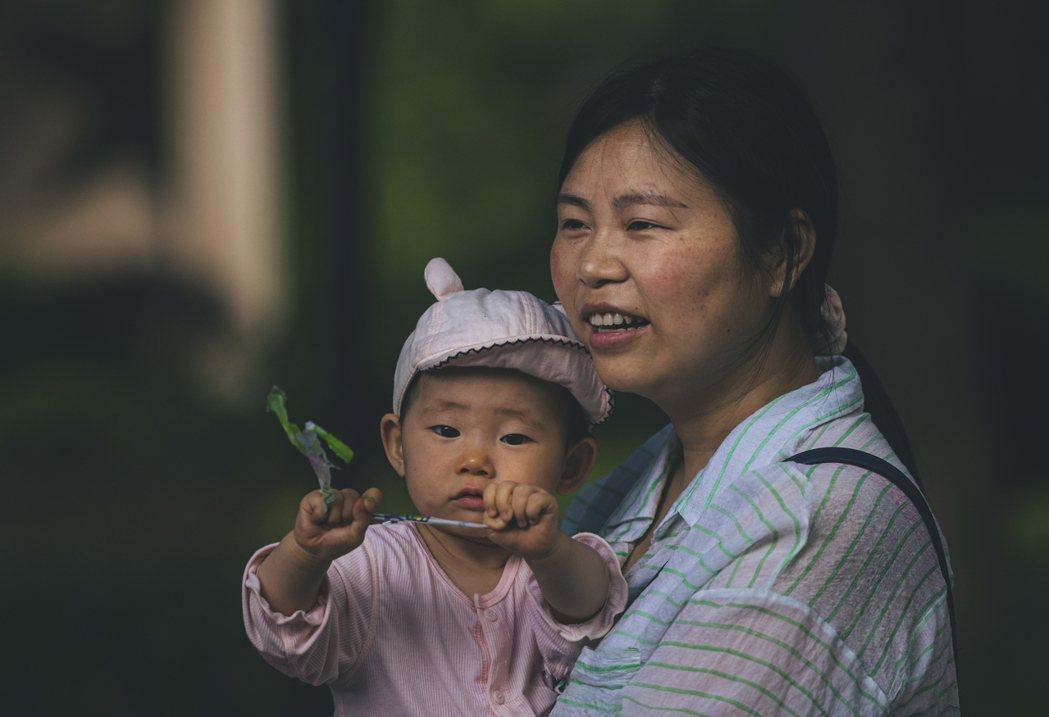中國推翻了一胎化政策,鼓勵人民生育,更於今年起提出了「生三胎」政策。  圖/歐新社