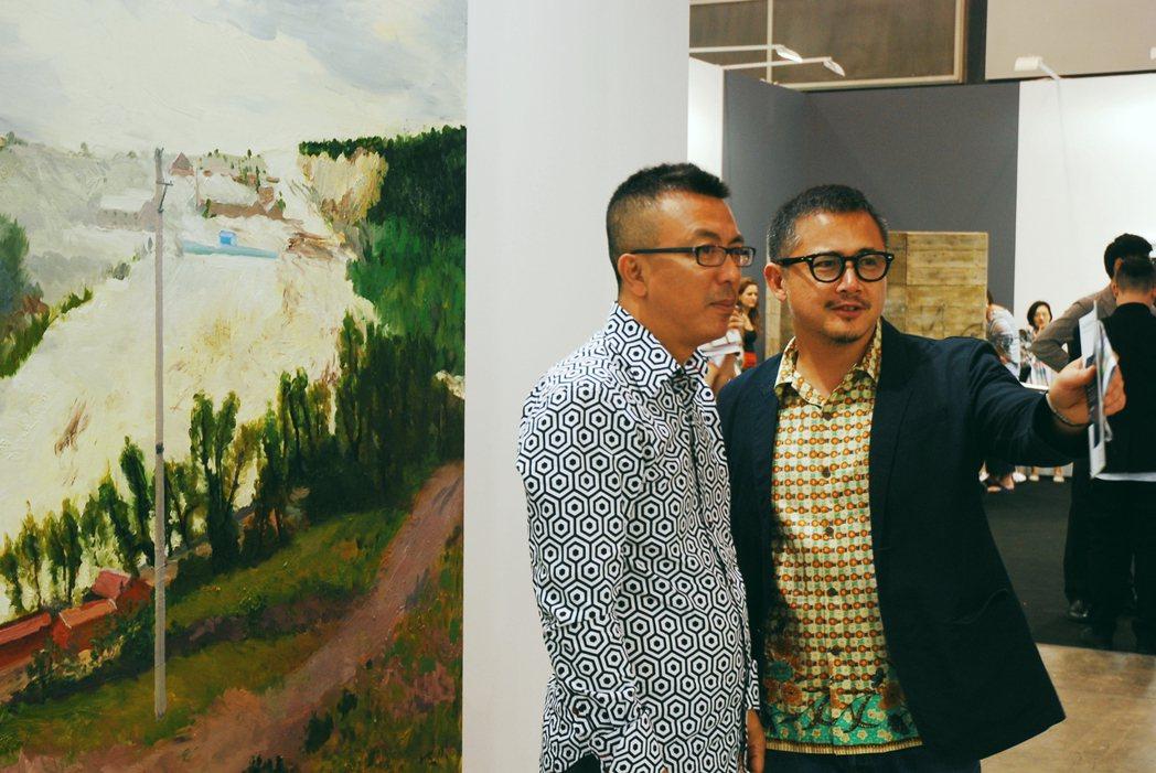 劉小東(左)與林明弘於2013 Art Basel HK。圖/誠品提供