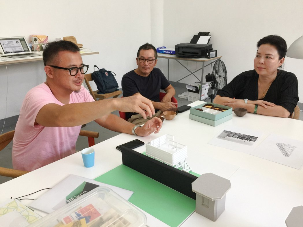 2018年趙琍(右)拜訪林明弘(左)工作室。圖/誠品提供