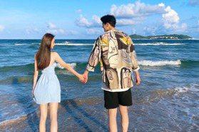 郭品超海邊抱起小女友深情放閃 日常拍攝如寫真