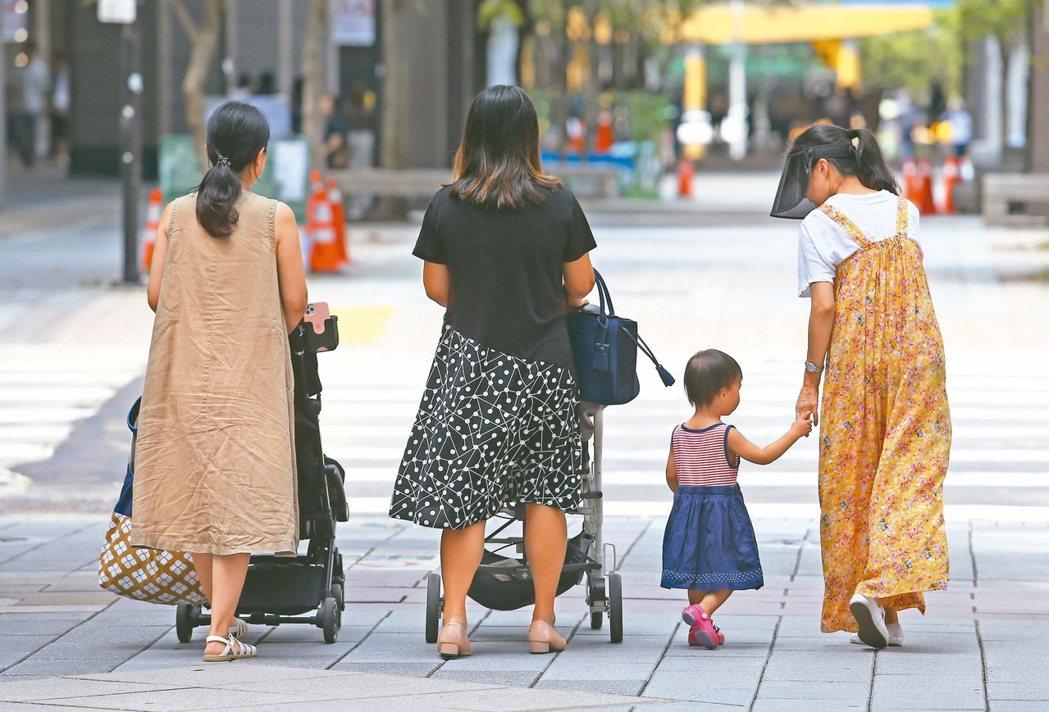 報導指出,台灣人口雖然數已進入「生不如死」的負成長階段,但內政部統計2020年底...