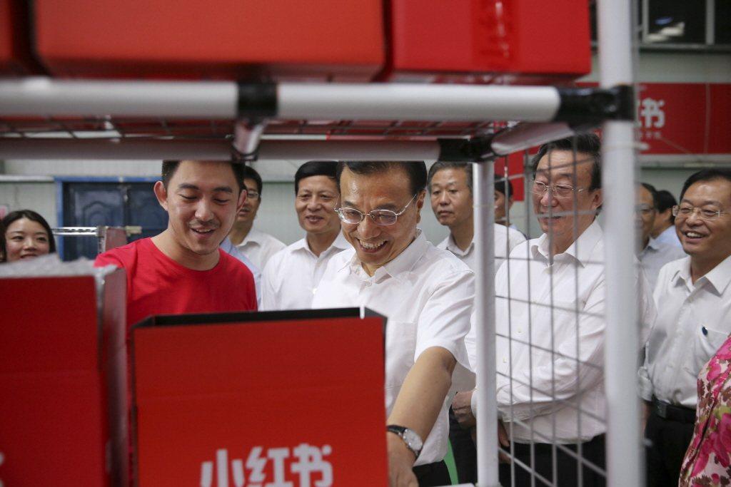 從「小紅書」應用程式可見中國年輕人癡迷於醫美整容之程度,有關「整容前後」話題居然吸引29萬則討論。 圖/中新社
