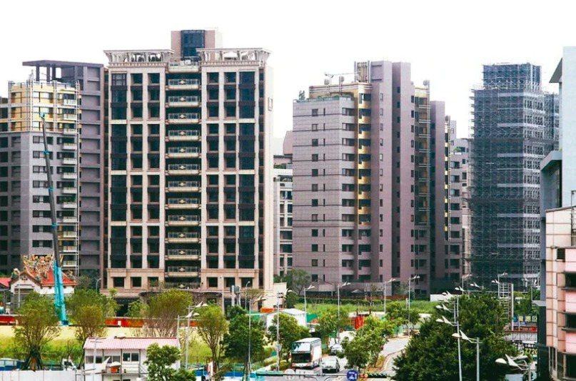 面對房價持續上漲,有網友反問「房價一直跌你敢買房嗎?」 本報資料照片