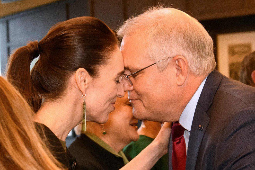 當美國暫停紐西蘭的ANZUS資格,紐國唯一的正式盟友,只剩下澳洲,也就是兩國約定當彼此被襲擊時必須伸出援手。圖為紐西蘭總理阿爾登(左)與澳洲總理莫里森(右)於2021年5月會面。 圖/法新社