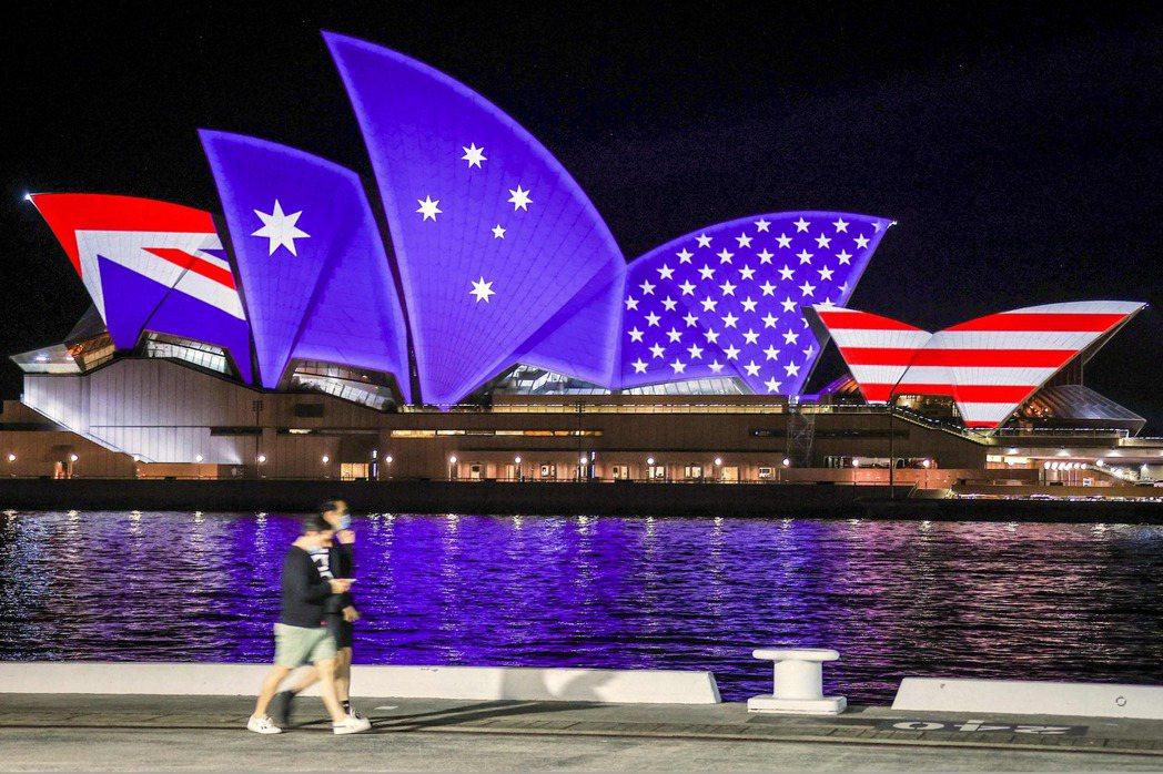 1986年,紐國宣布禁止核動力船舶使用其港口或進入水域,連帶取消美國軍艦訪問,使華府非常不滿,暫停紐國的ANZUS部分資格。圖為美澳慶祝「ANZUS」70周年,雪梨歌劇院外觀呈現融合美國與澳洲國旗圖樣。 圖/法新社