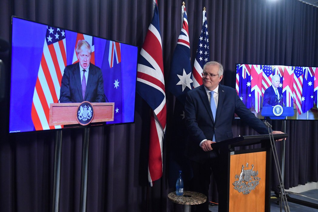 9月中,一個新的同盟國組成,擷取三個成員國——澳洲、英國和美國的縮寫,拼成所謂的「AUKUS」。圖為英澳美三國元首遠端視訊共同宣布組成「AUKUS」。 圖/歐新社