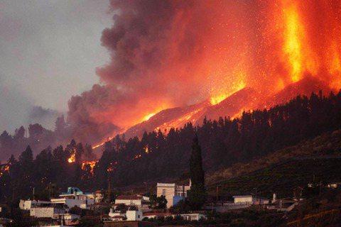 時隔50年,西班牙拉帕瑪島上南部的老峰火山(Cumbre Vieja)於19日首...