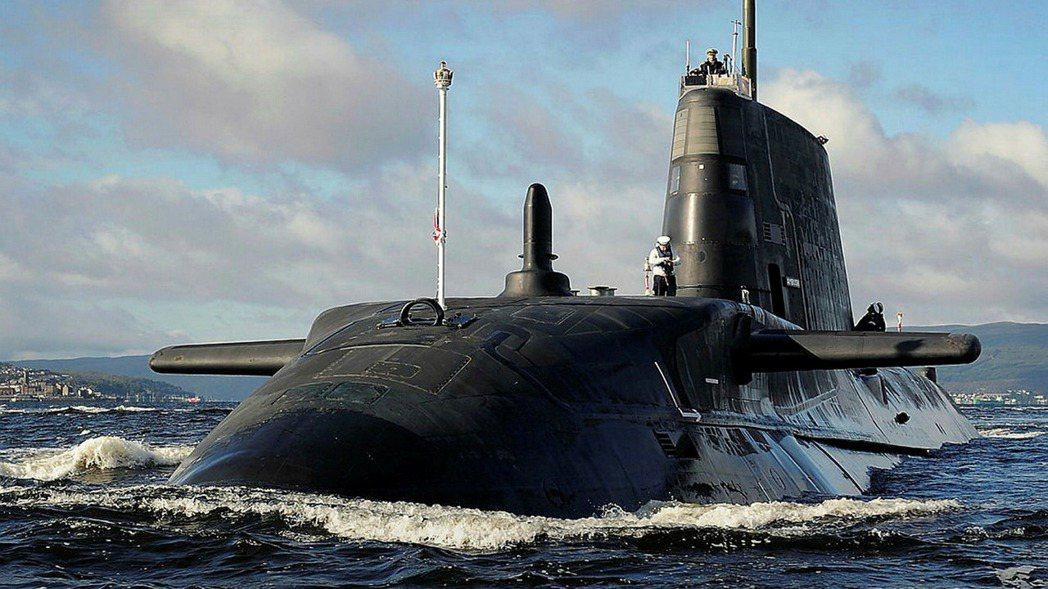 「你終究要開核子潛艇的,那為什麼不一開始就開?」圖為英國機敏級核潛艇。 圖/英國...