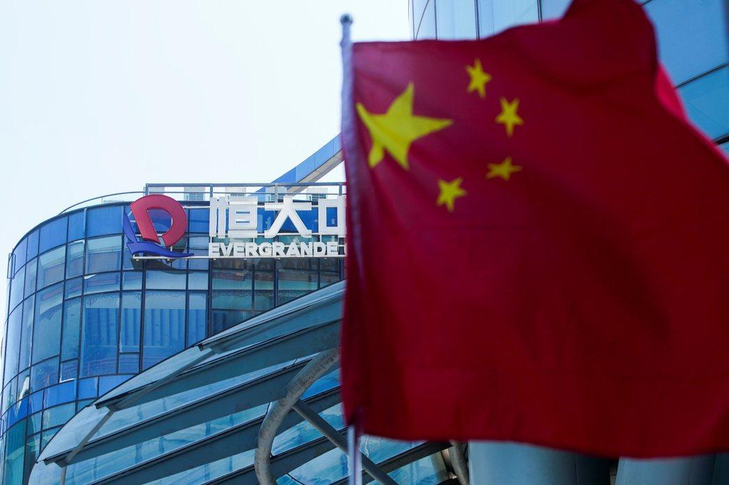 中國的中央計畫部門本來下放經濟決策權給予地方政府,是希望達到增加稅收、企業成長、經濟發展三贏的局面,然而過度的擴張導致通貨膨漲與緊縮效應同時產生。 圖/路透社
