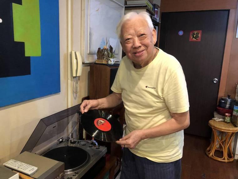 他收藏上萬張黑膠唱片,在他的畫作中經常可以看見音符,就是深受音樂的影響。 圖...