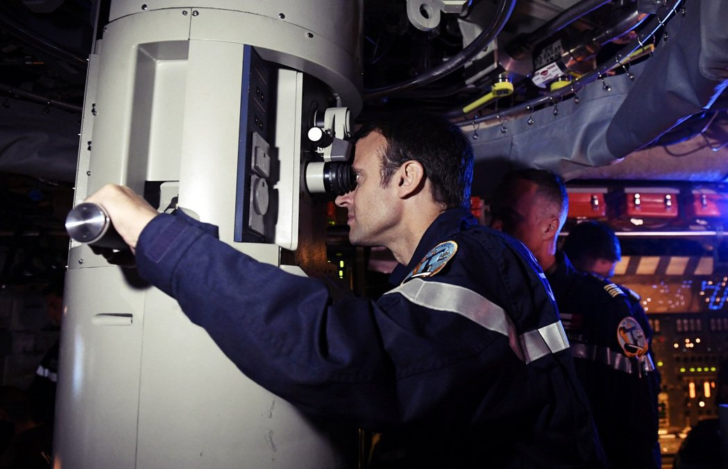 圖為正在操作潛艦望遠鏡的馬克宏。 圖/路透社