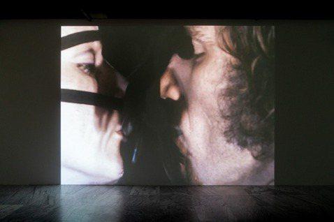 雷貝嘉.霍恩作品《行為2》行為紀錄影像選段《雞羽毛面具》(1973)。 圖/臺北...
