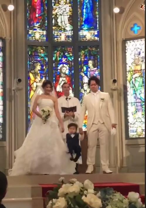 一位網友的小孩在婚禮上,突然當眾「翻跟斗」讓在場來賓爆出笑聲。圖擷取自抖音