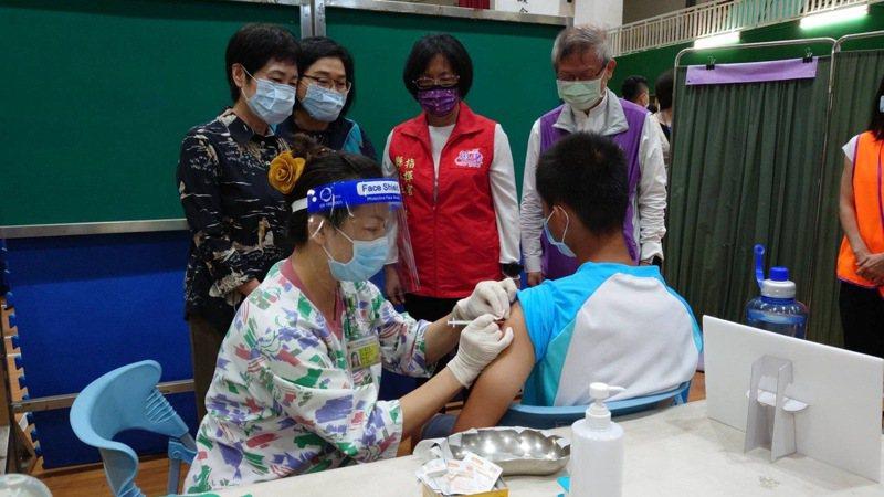 彰化縣長王惠美到學校看學生注射BNT,後來有5名學生不適(非照片中學生)。記者簡慧珍/攝影