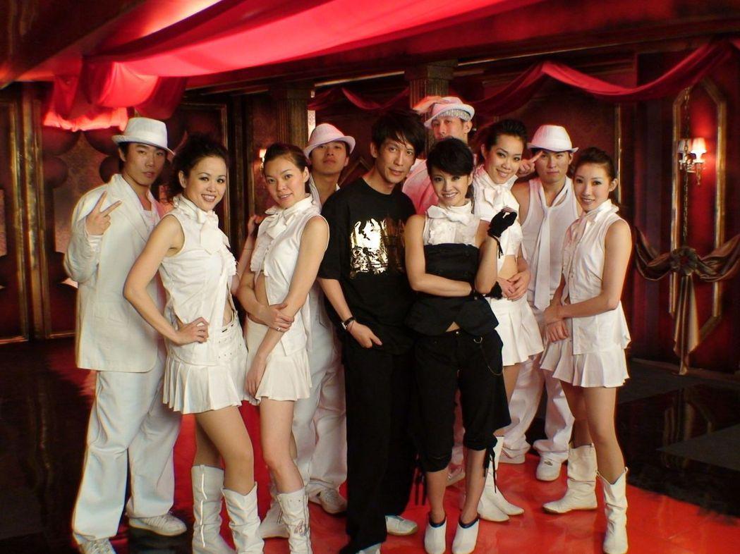 舞者出身的曾馨瑩(左3),曾與恩師張勝豐及蔡依林(右4)合影。 圖/UNITY舞