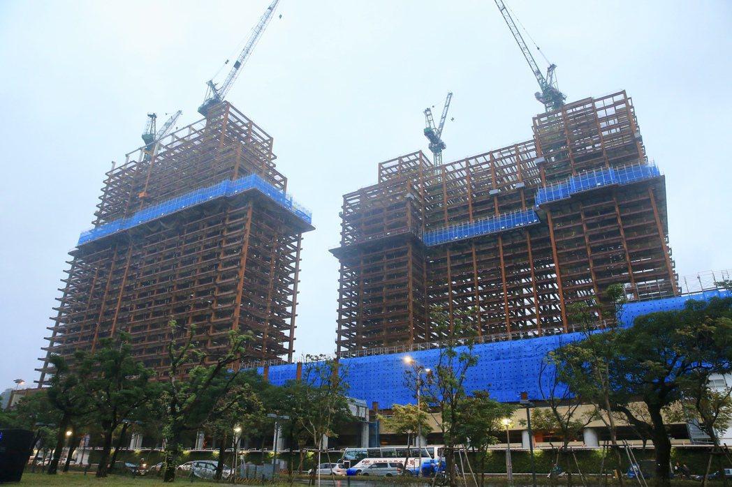 央行理監事會決議,加碼房市信用管制措施,鎖定六都與新竹縣市第二戶房貸,以及購地貸...