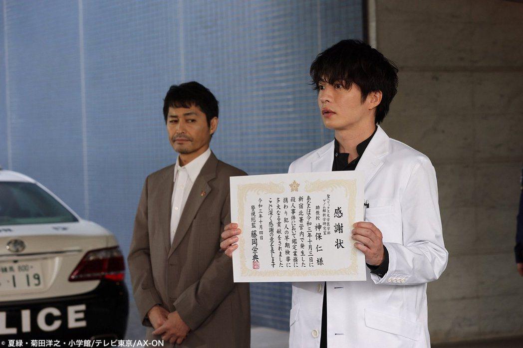田中圭與安田顯主演《螺旋迷宮~DNA科學搜查~》。圖/擷自推特