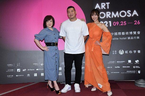 藝人趙婷(左起)、含羞草(草爺)、蔡允潔一起獻愛做公益。 紅心字會/提供