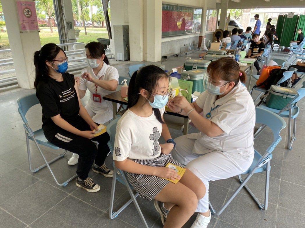 衛生福利部胸腔病院護理人員為安定國中學生進行BNT疫苗接種。 胸腔病院/提供。