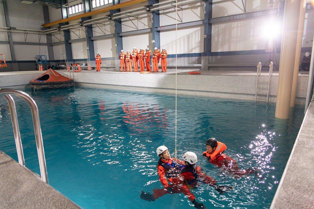 雙人海上垂降訓練實景。 金屬中心/提供