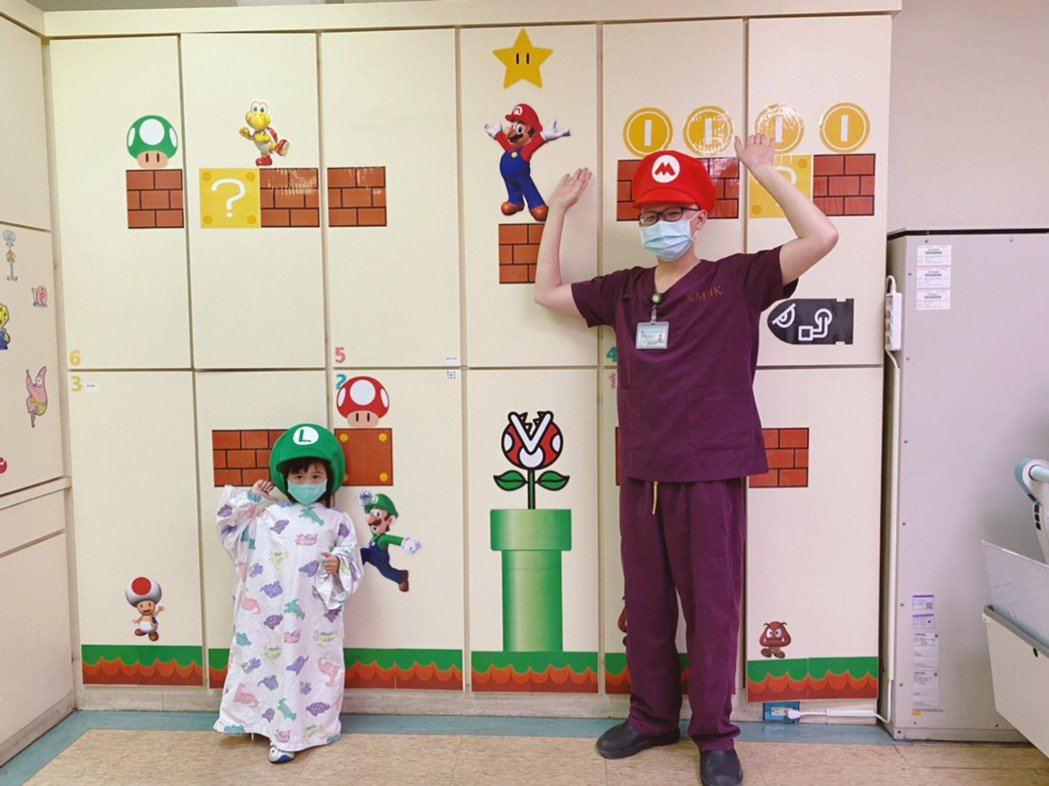 小港醫院打造「溫馨童趣攝影室」,裡面設計卡通壁貼,營造兒童樂園氛圍。 小港醫院/...