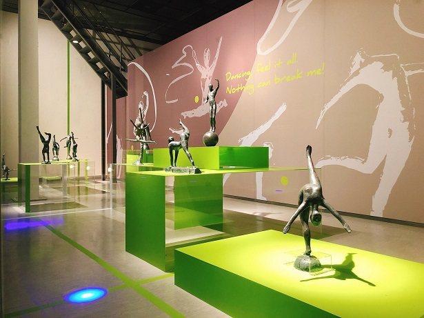 國美館空橋藝術櫥窗《躍動吧!青春》,蒲添生雕塑作品展一隅。  國美館/提供