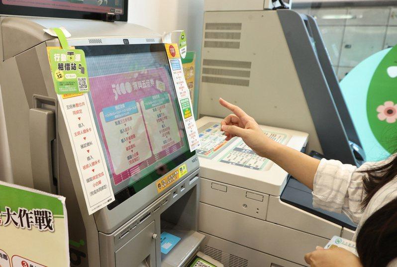 繼五倍券數位綁定22日開放後,紙本券也於25日啟動預約程序。 聯合報系資料照/記者曾原信攝影